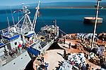 Les équipes de secouristes français embarquent sur le bateau militaire dominicain Capotillo à Cabo Rojo (République Dominicaine) le 18/01/2010 pour rejoindre la ville haitienne de Jacmel, à 80km au sud de Port-au-Prince.