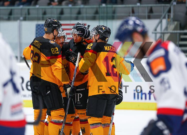 Torjubel nach dem 3:0 durch Philip GOGULLA (Deutschland #87, Mitte), Brooks MACEK (Deutschland #12), Sinan AKDAG #82, <br /> <br /> Eishockey, Deutschland-Cup 2015, Augsburg, Deutschland vs. Slowakei, 07.11.2015,<br /> <br /> Foto &copy; PIX-Sportfotos *** Foto ist honorarpflichtig! *** Auf Anfrage in hoeherer Qualitaet/Aufloesung. Belegexemplar erbeten. Veroeffentlichung ausschliesslich fuer journalistisch-publizistische Zwecke. For editorial use only.