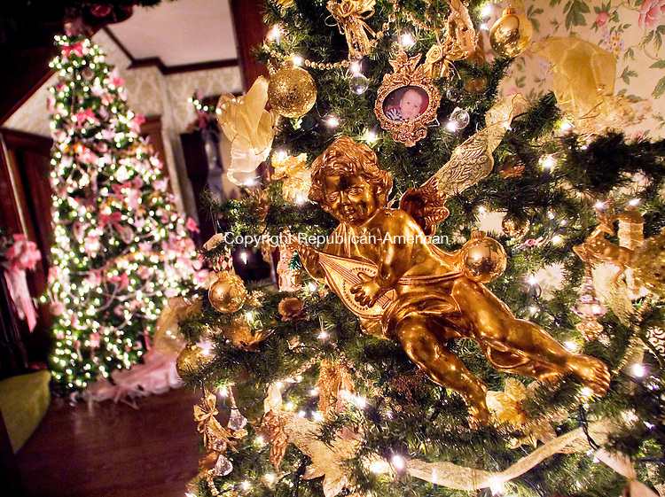 Homes for the holidays republican american photos for American style christmas decorations