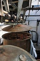 """Europe/France/Nord-Pas-de-Calais/59/Nord/Env de Lille/Wambrechies: Détail alambics et colonnes de distillation de la distillerie """"Claeyssens"""" datant de 1817 - Eaux de vie de grain, pur malt et de Genièvre"""