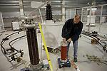Foto: VidiPhoto..ARNHEM - In het gloednieuwe laboratium van de Kema in Arnhem worden de laatste voorbereidingen getroffen voor de eerste proeven. Een Koreaanse fabrikant start op 2 maart als eerste met een 400 kV kabelsysteem beproeving in het nieuwe lab. De combinatie van hoogspanning- en middenspanninglab van de Kema is uniek in de wereld. De bouwkosten bedragen 8,5 miljoen euro. Het laboratorium telt 1 transformator van 1 miljoen volt, 6 van 300 KV en diverse transformatoren van 100 KV.