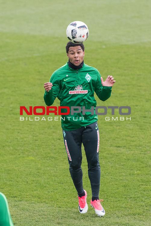 28.04.2017, Trainingsgelaende, Bremen, GER, 1.FBL, Training Werder Bremen<br /> <br /> im Bild<br /> Serge Gnabry (Bremen #29) mit Kopfball, <br /> <br /> Foto &copy; nordphoto / Ewert