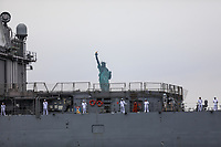 Nova York (EUA), 28/05/2019 - Turismo / Estados Unidos - Cruzador de mísseis guiados da classe Ticonderoga USS Hue City (CG 66) é visto depois de deixar o Terminal de Cruzeiros do Brooklyn na terça-feira, 28, ele participou da Fleet Week em Nova York. (Foto: William Volcov/Brazil Photo Press/O Globo) Mundo