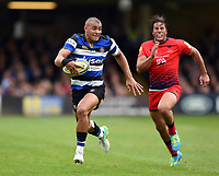 Jonathan Joseph of Bath Rugby goes on the attack. Aviva Premiership match, between Bath Rugby and Worcester Warriors on October 7, 2017 at the Recreation Ground in Bath, England. Photo by: Patrick Khachfe / Onside Images