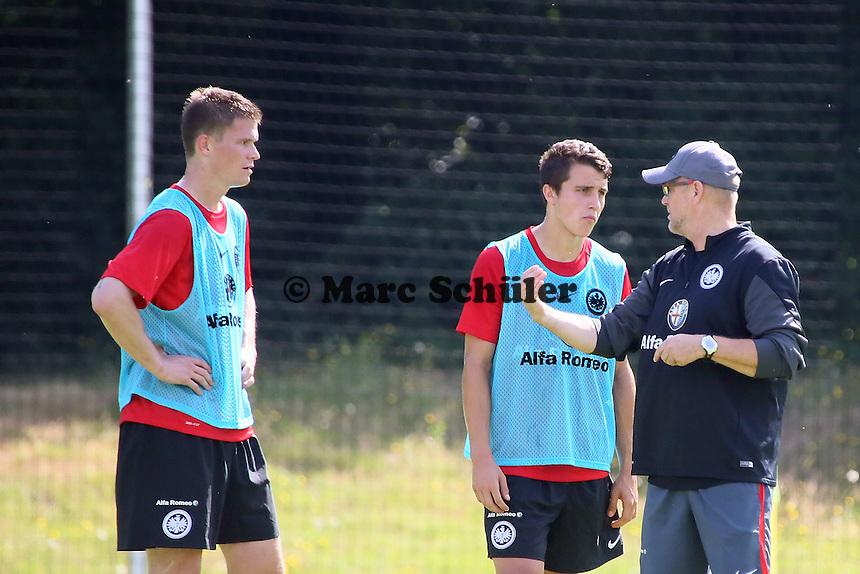 Trainer Thomas Schaaf (Eintracht) erklärt die Taktik Alexander Madlung und Marc-Oliver Kempf - Eintracht Frankfurt Trainingsauftakt, Commerzbank Arena