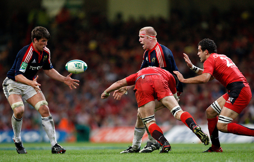 Photo: Richard Lane/Richard Lane Photography. .Munster v Toulouse. Heineken Cup Final. 24/05/2008. .Munster captain, Paul O'Connell passes to Donncha O'Callaghan (lt.