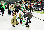 Stockholm 2015-03-14 Bandy SM-final herrar Sandvikens AIK - V&auml;ster&aring;s SK :  <br /> V&auml;ster&aring;s sportchef Michael Campese ger en halsduk till en ung V&auml;ster&aring;ssupporter efter matchen mellan Sandvikens AIK och V&auml;ster&aring;s SK <br /> (Foto: Kenta J&ouml;nsson) Nyckelord:  SM SM-final final Bandyfinal Bandyfinalen herr herrar VSK V&auml;ster&aring;s SAIK Sandviken jubel gl&auml;dje lycka glad happy supporter fans publik supporters