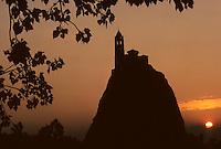 Europe/France/Auvergne/43/Haute-Loire/Le Puy-en-Velay: La chapelle Saint-Michel-d'Aiguilhe au soleil levant