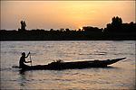 Pécheur sur sa pirogue sur le fleuve Sénégal / Reportage dans la région du Brakna Sud sur la sécurité alimentaire et le programme PADB financé par l'UE / Programme d'Aide au Développement du Brakna Sud / Mauritanie / Afrique / Fisherman on the Senegal river / PADB South Brakna Development Program financed by the European Union / Mauritania / Africa