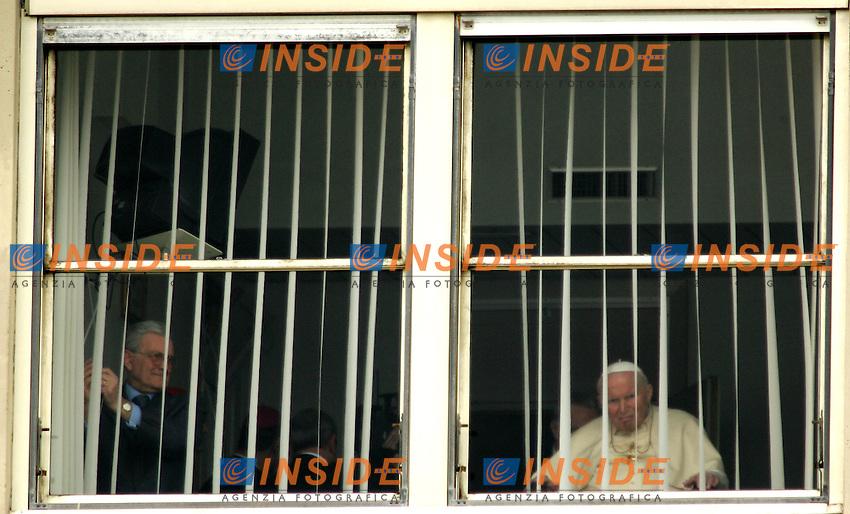 Roma 6/3/2005 Policlinico Gemelli - Gemelli Hospital <br /> <br /> Curtains are closed after Pope John Paul  II's last appearance from the 10th-floor hospital window of Rome's Gemelli<br /> <br /> Il Papa Giovanni Paolo II al termine della benedizione impartita ai fedeli dalla finestra del Policlinico Gemelli dove &egrave; ricoverato. <br /> <br /> Foto Andrea Staccioli Insidefoto
