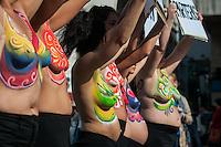 BUENOS AIRES, ARGENTINA, 14.05.2015 - PROTESTO-ARGENTINA - Um grupo de mulheres, com seus corpos pintados fazem protesto em frente ao Ministério da Saúde contra a oposição do governo de partos naturais em casa. Eles afirmam que, apesar do número crescente de mulheres que optam por esse tipo de nascimento, o governo está tentando eliminar partos domiciliares e parteiras independentes completamente. Ato na Avenida 9 de Julio região central de Buenos Aires, capital da Argentina, nesta quinta-feira, 14. (Foto: Patricio Murphy / Brazil Photo Press)