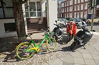 """Elektro-Mietroller der Firmen COUP Mobility GmbH (schwarz) und Electric Mobility Concepts GmbH - Emmy (rot), in Berlin.<br /> Links neben den Eletro-Rollern ein Mietfahrrad der US-Firma LimeBike Germany GmbH (gruen).<br /> Die Firmen machen trendige Werbung fuer junge Leute, in der die Miete der Fahrzeuge als """"teilen / sharing"""" bezeichnet wird. Zu mieten sind die Fahrzeuge nur mit einem internetfaehigen Mobiltelefon auf der die App der jeweiligen Firma installiert sein muss. Im Internet beschweren sich zunehmend Kunden der eScooter ueber die schlechte Leistung und den schlechten Service der Firmen.<br /> 7.8.2018, Berlin<br /> Copyright: Christian-Ditsch.de<br /> [Inhaltsveraendernde Manipulation des Fotos nur nach ausdruecklicher Genehmigung des Fotografen. Vereinbarungen ueber Abtretung von Persoenlichkeitsrechten/Model Release der abgebildeten Person/Personen liegen nicht vor. NO MODEL RELEASE! Nur fuer Redaktionelle Zwecke. Don't publish without copyright Christian-Ditsch.de, Veroeffentlichung nur mit Fotografennennung, sowie gegen Honorar, MwSt. und Beleg. Konto: I N G - D i B a, IBAN DE58500105175400192269, BIC INGDDEFFXXX, Kontakt: post@christian-ditsch.de<br /> Bei der Bearbeitung der Dateiinformationen darf die Urheberkennzeichnung in den EXIF- und  IPTC-Daten nicht entfernt werden, diese sind in digitalen Medien nach §95c UrhG rechtlich geschuetzt. Der Urhebervermerk wird gemaess §13 UrhG verlangt.]"""