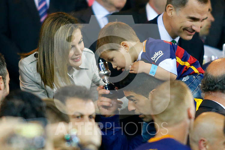 Queen Letizia of Spain jokes with FC Barcelona's Luis Suarez and his son during Spanish Kings Cup Final match. May 22,2016. (ALTERPHOTOS/Acero)