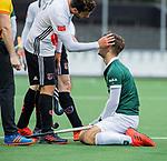 AMSTELVEEN -  Tristan Algera (R'dam) wordt geraakt ,   tijdens de hoofdklasse competitiewedstrijd heren, AMSTERDAM-ROTTERDAM (2-2). Valentin Verga (Adam)  kijkt hoe het gaat. COPYRIGHT KOEN SUYK
