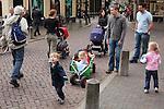 Nederland,Utrecht, 29-04-2009 Families gezinnen  met jonge kinderen lopen in de binnenstad.Foto: Gerard Til / Hollandse Hoogte