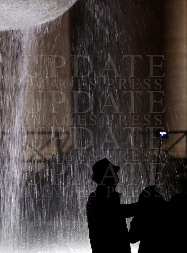Un turista scatta un selfie davanti a una delle fontane di Piazza San Pietro, Citta' del Vaticano, 6 dicembre 2015.<br /> A tourist takes a selfie near one of the fountains in St. Peter's Square at the Vatican, 6 December 2015.<br /> UPDATE IMAGES PRESS/Riccardo De Luca<br /> <br /> STRICTLY ONLY FOR EDITORIAL USE