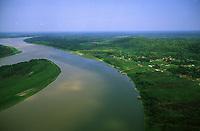 Vista aérea de Surpresa, distrito de Guajará Mirim <br />Encontro dos rios Mamoré, de águas marrons e Guaporé, de águas pretas. Os rios Guaporé e Mamoré formam a divisa entre Brasil e Bolívia - Rondônia