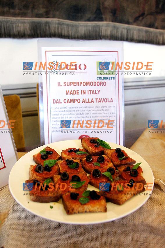 ..Roma 13/07/2011 Coldiretti presenta il superpomodoro con triplo antiossidante efficace contro l'invecchiamento, nella prevenzione delle malattie cardio-vascolari e dei tumori alla prostata...Photo Samantha Zucchi Insidefoto