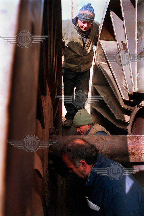 KOSOVO. Obilic. 14/01/2000..Workers at Obilic power station work to repair a heating pump..©Andrew Testa