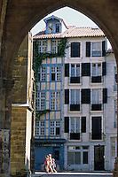 Europe/France/Aquitaine/64/Pyrénées-Atlantiques/Bayonne: Porche de la cathédrale Notre-Dame-de-Bayonne (architecture gothique XIIIème) et maison basque place Monseigneur Vansteenbergue