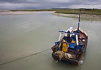 Europe/France/Picardie/80/Somme/Baie de Somme/Le Hourdel: Bateau de pêche à la crevette grise  en baie de Somme- ou Sauterellier