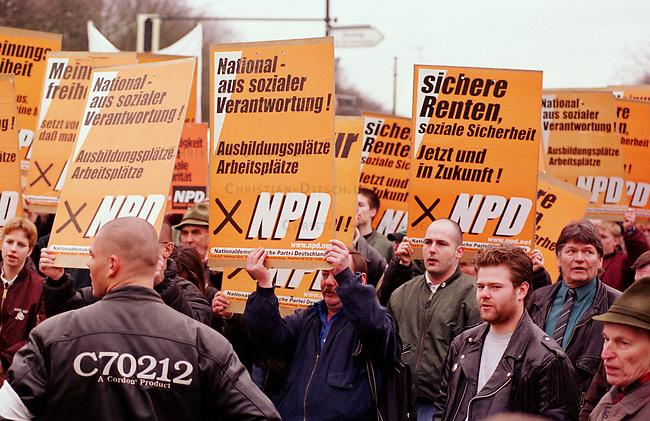 500 Mitglieder und Sympathiesanten der rechtsextremistischen NPD demonstrierten am Sonntag den 12. Maerz 2000 in Berlin anlaesslich des Jahrestages des Anschlusses Oesterreichs an Nazideutschland unter dem Motto: Wir sind ein Volk - Haende weg von Oesterreich. Verbote der Demonstration durch den Berliner Innensenat wurden von den Gerichten widerrufen. Einzige Auflagen fuer die NPD war der Verzicht auf Fahnen, Trommeln und kein Marsch durch das Brandenburger Tor.<br /> Hier: Die Demonstrationsteilnehmer singen das Deutschlandlied.<br /> 12.3.2000, Berlin<br /> Copyright: Christian-Ditsch.de<br /> [Inhaltsveraendernde Manipulation des Fotos nur nach ausdruecklicher Genehmigung des Fotografen. Vereinbarungen ueber Abtretung von Persoenlichkeitsrechten/Model Release der abgebildeten Person/Personen liegen nicht vor. NO MODEL RELEASE! Nur fuer Redaktionelle Zwecke. Don't publish without copyright Christian-Ditsch.de, Veroeffentlichung nur mit Fotografennennung, sowie gegen Honorar, MwSt. und Beleg. Konto: I N G - D i B a, IBAN DE58500105175400192269, BIC INGDDEFFXXX, Kontakt: post@christian-ditsch.de<br /> Bei der Bearbeitung der Dateiinformationen darf die Urheberkennzeichnung in den EXIF- und  IPTC-Daten nicht entfernt werden, diese sind in digitalen Medien nach &sect;95c UrhG rechtlich gesch&uuml;tzt. Der Urhebervermerk wird gemaess &sect;13 UrhG verlangt.]