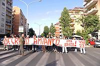 Roma, 10 Maggio 2011.Inquilini INPDAP di via Bergellini bloccano via Tiburtina per protestare contro il degrado degli edifici. Nei cortili, denunciano gli abitanti, ci sarebbero ammassati sacchi contenenti amianto