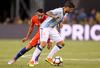 NEW JERSEY - UNITED STATES, 26-06-2016: Ever Banega (Der) jugador de Argentina (ARG) disputa el balón con Mauricio Isla? (Izq) jugador de Chile (CHI) durante partido por la final de la Copa América Centenario USA 2016 jugado en el estadio Metlife en New Jersey, NJ, USA. /  Ever Banega (R) player of Argentina (ARG) fights the ball with Mauricio Isla (L) player of Chile (CHI) during match for the final of the Copa América Centenario USA 2016 played at Metlife stadium in New Jersey, NJ, USA. Photo: VizzorImage/ Luis Alvarez /Str