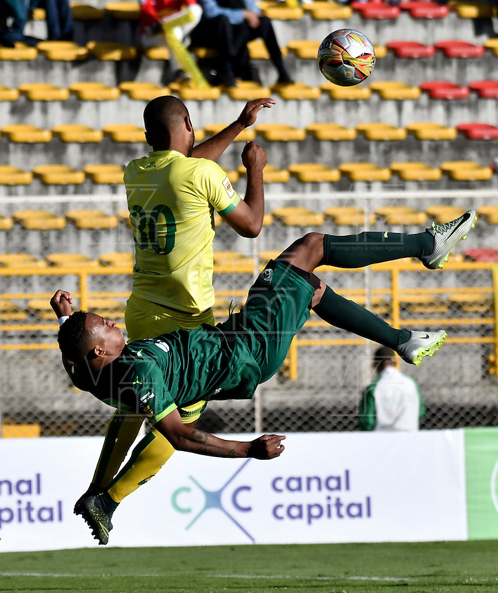 BOGOTA - COLOMBIA -05 -11-2016: Carlos Peralta (Izq.) jugador de La Equidad disputa el balón con Luis Payares (Der.) jugador de Atletico Bucaramanga, durante partido entre La Equidad y Atletico Bucaramanga, por la fecha 19 de la Liga Aguila II-2016, jugado en el estadio Metropolitano de Techo de la ciudad de Bogota. / Carlos Peralta (L) player of La Equidad vies for the ball with Luis Payares (R) player of Atletico Bucaramanga, during a match La Equidad and Atletico Bucaramanga, for the  date 19 of the Liga Aguila II-2016 at the Metropolitano de Techo Stadium in Bogota city, Photo: VizzorImage  / Luis Ramirez / Staff.