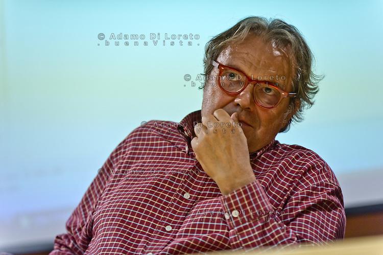 """PESCARA (PE) 18/10/2012 - PREMIAZIONE DEL CONCORSO FOTOGRAFICO DAL NOME """"RAZZA UMANA"""" NEL MUSEO DELLE GENTI D'ABRUZZO. NELLA FOTO OLIVIERO TOSCANI  FOTO DI LORETO ADAMO"""