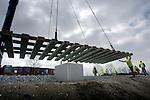 ZOETERMEER - In Zoetermeer zijn de eerste zes wissels geplaatst voor Randstadrail. In opdracht van de projectorganisatie RandstadRail  moeten nog 57 wissels aangebracht worden, zodat, na een uitvoerige test in de zomer, in de herfst de eerst reizigers van de nieuwe lightrail-verbinding tussen Den Haag, Zoetermeer en Rotterdam vervoerd kunnen gaan worden. COPYRIGHT TON BORSBOOM