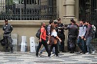 RIO DE JANEIRO; RJ; 31.10.2013 - A Polícia Militar montou um forte operativo com numerosos efetivos ao redor da Cinelândia, centro da cidade, diante da manifestação convocada para pedir a liberdade de manifestantes que continuam presos. FOTO: NÉSTOR J. BEREMBLUM - BRAZIL PHOTO PRESS