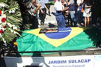 RIO DE JANEIRO, RJ, 14.03.2014 - VELORIO SUBCOMANTE UPP - Corpo do subcomandante da Leidson Acácio Alves de 27 anos da UPP Vila Cruzeiro, chegao no cemitério Jardim da Saudade, em Sulacap, zona oeste do Rio de Janeiro (RJ), nesta sexta-feira (14). (Foto: Celso Barbosa / Brazil Photo Press).
