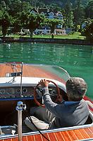Europe/France/Rhône-Alpes/74/Haute-Savoie/Annecy: Lac d'Annecy, sur le lac en canot à moteur en acajou - Au fond,la Maison de Marc Veyrat