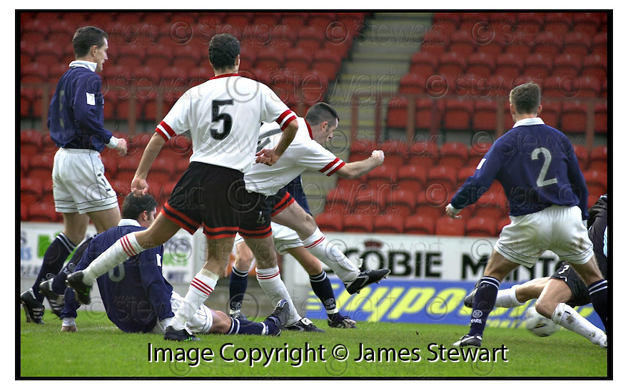 21st  October  2000      Copyright Pic : James Stewart .Ref :                           .File Name : stewart01-clyde v ross county.PAT KEOGH SCORES CLYDES 1ST GOAL.....Payments to :-.James Stewart Photo Agency, Stewart House, Stewart Road, Falkirk. FK2 7AS      Vat Reg No. 607 6932 25.Office : +44 (0) 1324 630007        Mobile : 07721 416997.Fax     : +44 (0) 1324 630007.E-mail : jim@jspa.co.uk.If you require further information then contact Jim Stewart on any of the numbers above.........