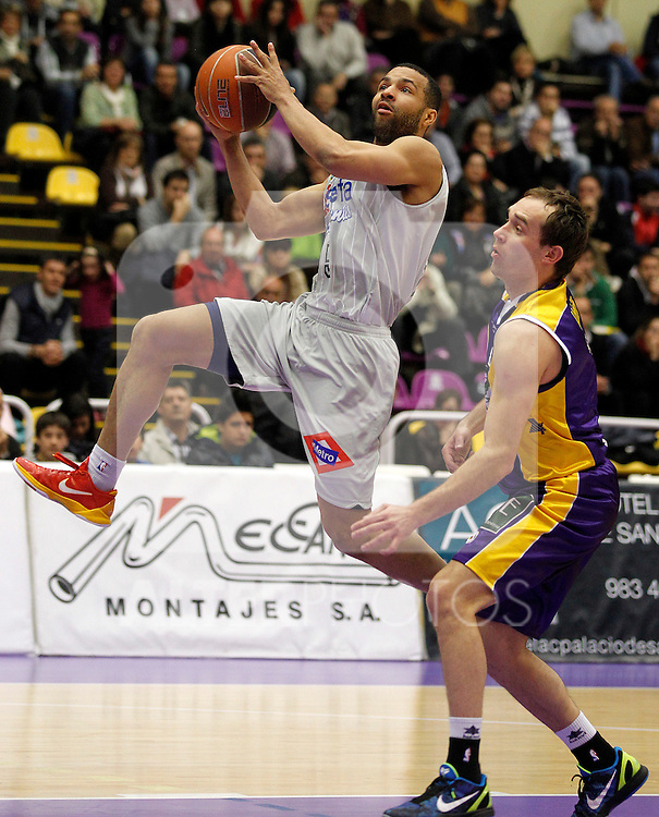 Blancos de Rueda Valladolid's Samo Udrih (r) and Asefa Estudiantes's Chris Lofton during Liga Endesa ACB match.May 3,2012. (ALTERPHOTOS/Acero)