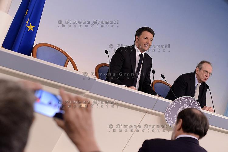Roma, 7 Aprile 2015<br /> Matteo Renzi e Pier Carlo Padoan.<br /> Palazzo Chigi.<br /> Conferenza stampa del Governo al termine del Consiglio dei Ministri sul Documento di Economia e Finanza
