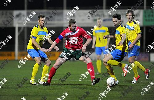2012-11-17 / Voetbal / seizoen 2012-2013 / Antonia - KFCO Wilrijk / Bart Corluy (Antonia) tussen Davy De Smedt en Jarich Dewoyer (r.)..Foto: Mpics.be