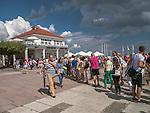Kolejka po bilety wstępu na molo w Sopocie