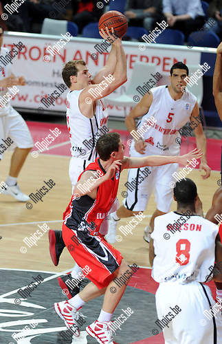 11-12-13 / Basketbal / seizoen 2011-2012 / Antwerp Giants - Chalon / Michael Roll (Giants) met een shot..Foto: Mpics.be