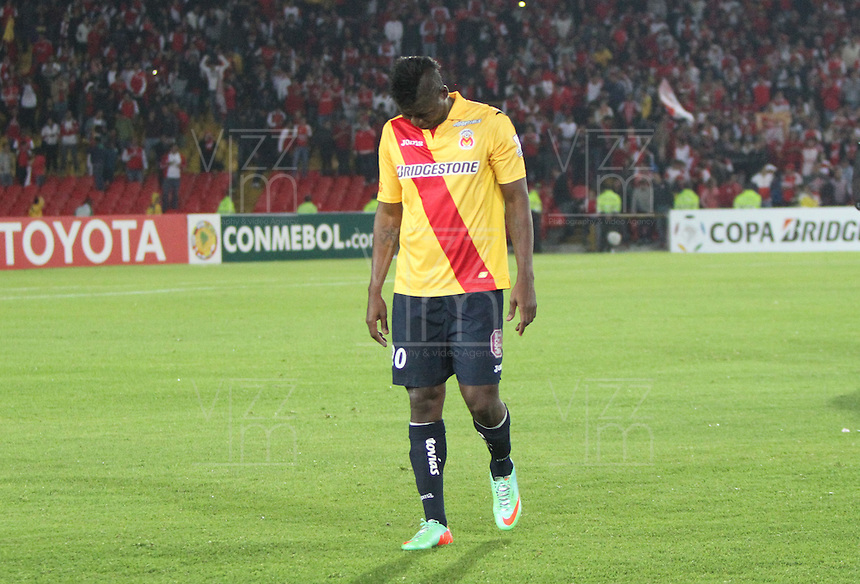 BOGOTA -COLOMBIA. 04-02-2014. Tristeza en los jugadores de Morelia al perder 1 gol por cero con Independiente Santa Fe y quedar eliminados de la Copa Libertadores. Accion de juego entre los equipos  Independiente Santa Fe de Colombia contra  Morelia de Mexico  durante el partido de vuelta de La Copa Bridgestone Libertadores de America   disputado en el estadio El Campin. / Sadness in Morelia players to lose 1 goal for Independiente Santa Fe with zero and elimination from the Copa LibertadoresAction game between teams Independiente Santa Fe of Colombia against Morelia of  Mexico during the second leg of the Copa Libertadores de America Bridgestone played at El Campin stadium . Photo: VizzorImage / Felipe Caicedo / Staff