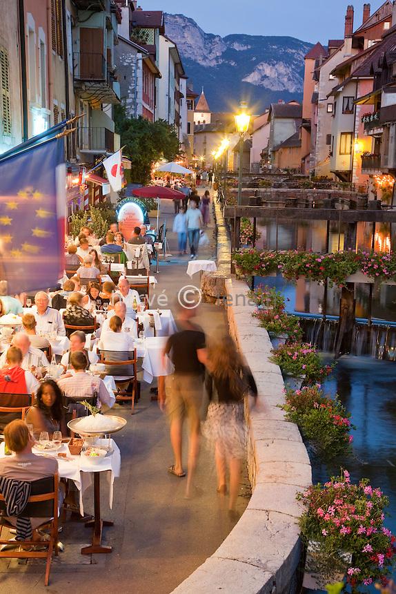 France, Haute-Savoie (74), Anneçy, quai le long du Thiou avec des terrasses de restaurants le soir // France, Haute-Savoie, Anneçy, dock along the Thiou with terraces of restaurants at night