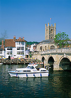 Great Britain, England, Oxfordshire, Henley-on-Thames: View over River Thames to Henley Bridge, Saint Mary's Church and The Angel Inn | Grossbritannien, England, Oxfordshire, Henley-on-Thames: Henley Bridge ueber die Themse, Saint Mary's Church und The Angel Inn
