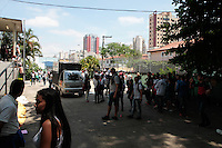 SÃO PAULO,SP, 06.10.2015 - PROTESTO-SP Estudantes da rede estadual de ensino durante ato em frente a delegacia de ensino no bairro do Ipiranga na região sul de São Paulo em protesto contra a reestruturação do sistema de ensino e o fechamento de escolas anunciado pelo governo do estado para 2016. (Foto: Carlos Pessuto/Brazil Photo Press)