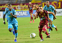 IBAGUE - COLOMBIA, 26-08-2019: Anderson Plata del Tolima disputa el balón con Diego Ordoñez del Jaguares durante partido entre Deportes Tolima y Jaguares de Córdoba por la fecha 8 de la Liga Águila II 2019 jugado en el estadio Manuel Murillo Toro de la ciudad de Ibagué. / Anderson Plata of Tolima struggles the ball with Diego Ordoñez of Jaguares during match between Deportes Tolima and Jaguares de Cordoba for the date 8 as part of Aguila League II 2019 played at Manuel Murillo Toro stadium in Ibague. Photo: VizzorImage / Juan Carlos Escobar / Cont