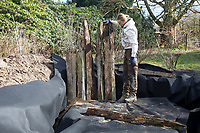 Anlage eines Sandariums im Garten, Schritt 3: als Umrandung werden Eichenspaltpfähle, Eichenspaltpfahl, Holzpfähle in den Graben gestellt und mit Sand befestigt. Sandarium, Sand, Sandfläche, Sandhaufen im Garten, Naturgarten, Nisthilfe für Wildbienen und solitäre Wespen, Lebensraum für Eidechsen, Eidechse. Soll verschiedenen Insekten als Unterschlupf, Nistplatz, und Nahrungsquelle dienen. Mehr als die Hälfte der Wildbienenarten, welche Nester bauen, nisten im Erdboden. Wildbienen-Nisthilfen, Wildbienen-Nisthilfe selbermachen, selber machen, Wildbienenhotel, Insektenhotel, Wildbienen-Hotel, Insekten-Hotel