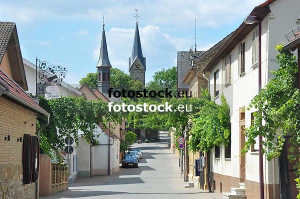 Blick durch die Hauptstraße von Vendersheim auf die Kath. Kirche (li.) und Ev. Kirche (re.)