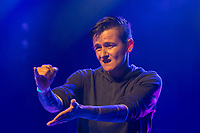 """Hio Hop-Abend """"Kon – fett – i"""" am Donnerstag den 24. August 2018 im Kreuzberger Club SO36 mit dem Rapper, Graf Fidi aus Berlin; der Berliner Gebaerden-Rapperin DKN (im Bild); der Hip-Hop-Kuenstlerin Finna aus Hamburg und dem DJ Team """"Skips and Breaks"""". Die Liveauftritte wurden von Gebaerdendolmetscherinnen uebersetzt.<br /> Ziel der Veranstaltung war es, Kuenstlerinnen und Kuenstler und DJs mit und ohne Behinderung gleichberechtigt eine Buehne zu bieten. Unterstuetzt wurde die Veranstaltung vom Music Board Berlin.<br /> 24.8.2018, Berlin<br /> Copyright: Christian-Ditsch.de<br /> [Inhaltsveraendernde Manipulation des Fotos nur nach ausdruecklicher Genehmigung des Fotografen. Vereinbarungen ueber Abtretung von Persoenlichkeitsrechten/Model Release der abgebildeten Person/Personen liegen nicht vor. NO MODEL RELEASE! Nur fuer Redaktionelle Zwecke. Don't publish without copyright Christian-Ditsch.de, Veroeffentlichung nur mit Fotografennennung, sowie gegen Honorar, MwSt. und Beleg. Konto: I N G - D i B a, IBAN DE58500105175400192269, BIC INGDDEFFXXX, Kontakt: post@christian-ditsch.de<br /> Bei der Bearbeitung der Dateiinformationen darf die Urheberkennzeichnung in den EXIF- und  IPTC-Daten nicht entfernt werden, diese sind in digitalen Medien nach §95c UrhG rechtlich geschuetzt. Der Urhebervermerk wird gemaess §13 UrhG verlangt.]"""