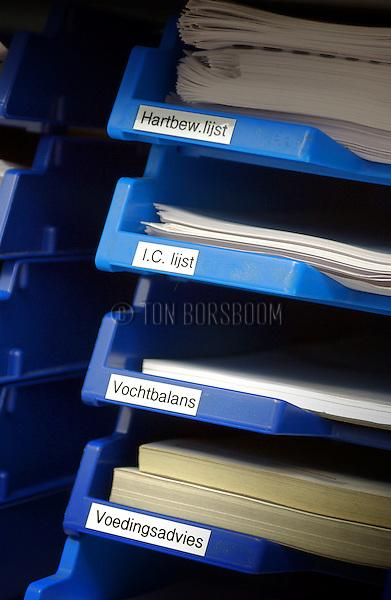 Gezondheidszorg > Verpleging:.Ziekenhuis, bureaucratie bakken met formulieren voor vochtbalans, IC, voedingsadvies en hartbewaking..© Ton Borsboom.editorial, Nederland, zorg, nood, gezondheidszorg, arbeid, detail, close up, staand, verpleging, verpleegster, verpleegkundige, arbeid, arts, specialist, dokter, doktor, docter, bureaucratie, burocratie, administratie, ziekenhuis, intramuraal, zorgkosten, zorgpolis, zorgverzekering