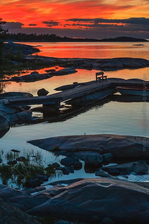 Brygga i solnedgång på Arholma i Roslagen Stockholms skärgård. / Bridge at sunset on Arholma in the Stockholm archipelago in Sweden.